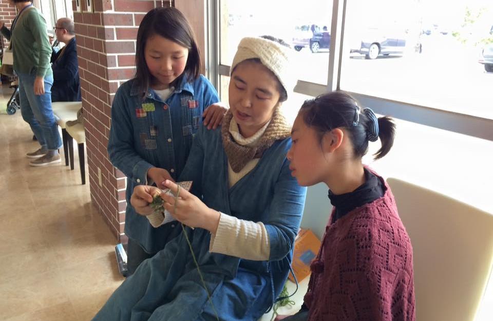 蓮津は移住者仲間のしほちゃんに真剣に編み物の手ほどきを受ける。プロの技をありがとう