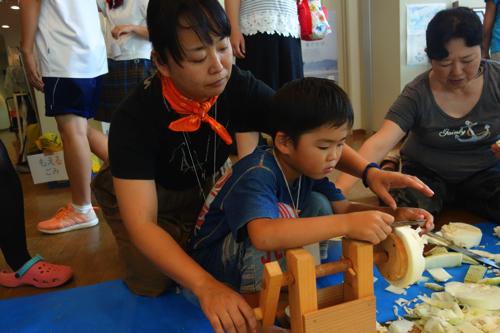 親子でかんぴょう作り。昔ながらの手法で