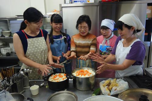 お昼ご飯は毎年参加してくださる和気の『スミレのお宿』グループ