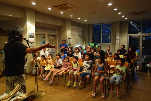 夜は、ミニライブ。パンフルートの今井さんのトーク&演奏&歌に夢中になる皆んな