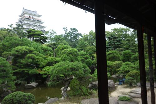 後ろの窓からは福山城が目の前