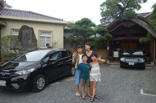 福寿会館の前で。いとこの彩樹と。