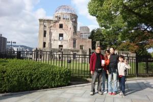 原爆ドームの前で三登さんと