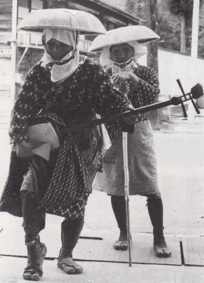 立弾きでの門付けスタイル.1970