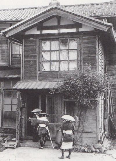 民家の玄関先に立って門付け.1973