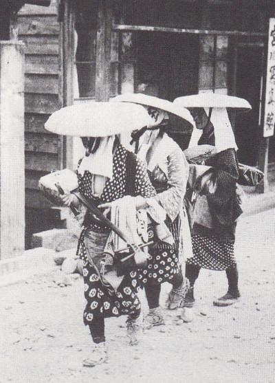 荷物を置いて門付けに向かう 1933
