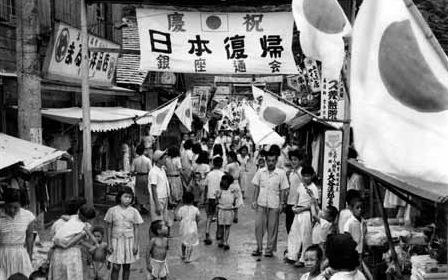 日本への復帰を祝う島民.名瀬市銀座通り
