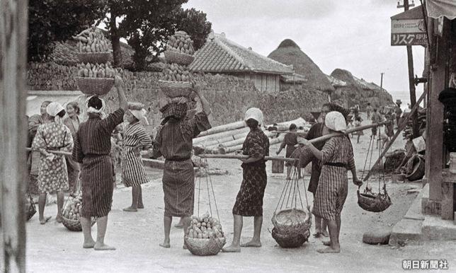 3.市場に集まる女性たち。頭には竹籠を二段重ねにしている