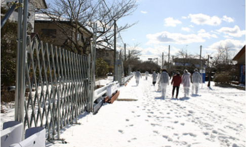 立ち入りを制限するバリケード。道路が境界で右側の住宅地は立ち入れる(富岡町)
