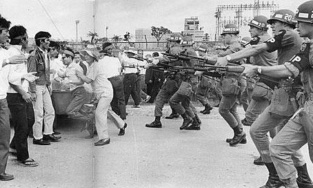 14.土地の強制接収に抗議する住民に銃剣をつきつける米兵