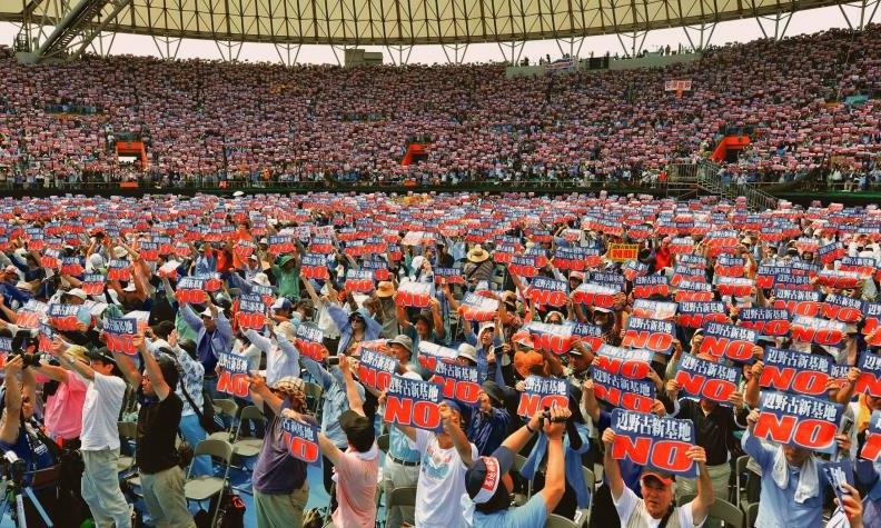 18.スタジアムで開催された辺野古新基地建設反対の沖縄県民大会には3万人をこえる人が集まった