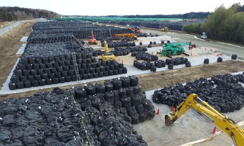 福島県内の至るところに汚染土が収納されたフレコンバッグが山積みされている