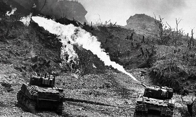 12.50mもの火を放つ火炎放射器に焼かれ、丸裸にされていった土地