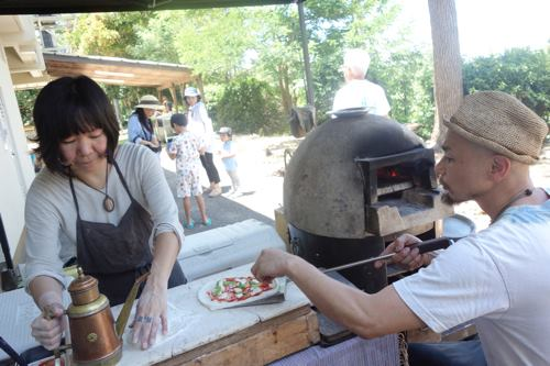 ランチはマンチズの石窯ピザ。暑いのにご苦労様。