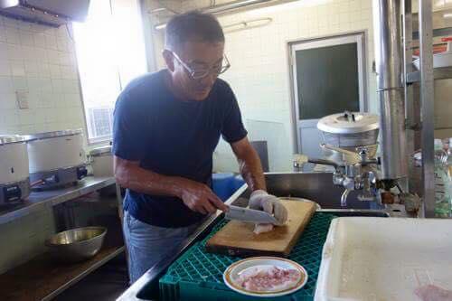 参加者のパパさんがお刺身にしてくださいました。他にも鯛めし、塩焼き、タイのあら汁と鯛のオンパレード