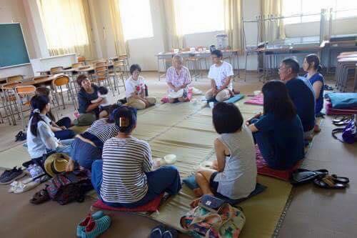 人気プログラム、橋本久仁彦さんによる円坐。スタッフも参加して3時間の坐を組みました。