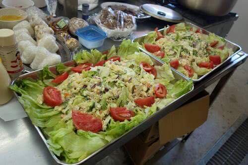 地元のみなさんからの差し入れのお野菜で鮮やかなサラダ!