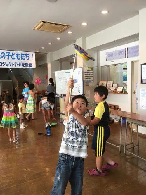 子どもたちは藤原さんによる和芸に興じます
