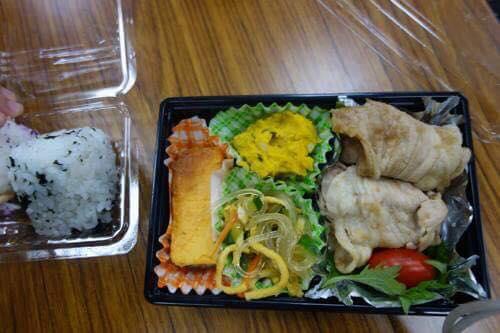 夕ご飯は、本庄コミュニティのみなさんによる生姜焼き弁当