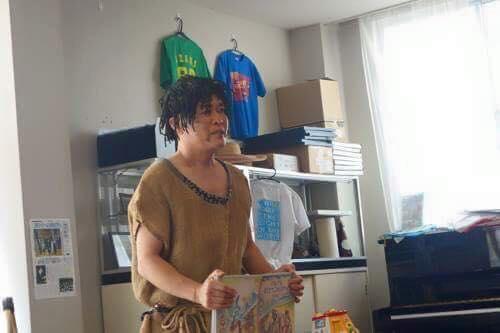 一芸披露大会!!!一番手は、東京からボランティアに来てくれる関根!縄文人に扮しています