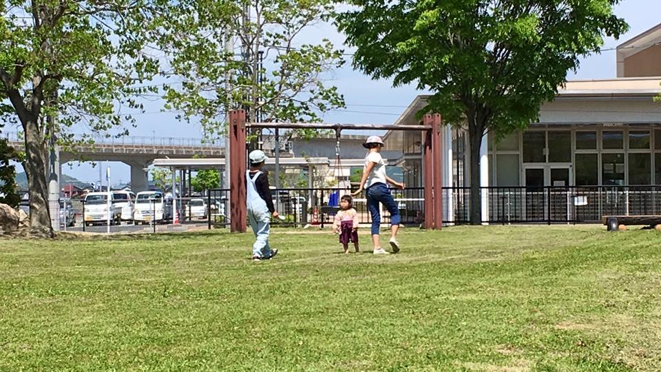 5月に来た時の写真。心地よい公園を見つけ、そこでお昼ご飯。綺麗に手入れされた花壇。木々。遊具。